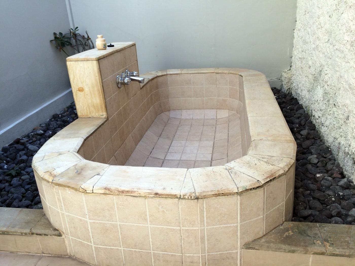 Kuta Lagoon Resort Bathtub.JPG