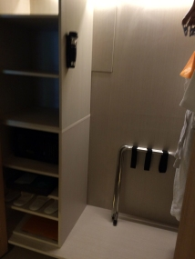 courtyard-by-marriott-bali-wardrobe-open