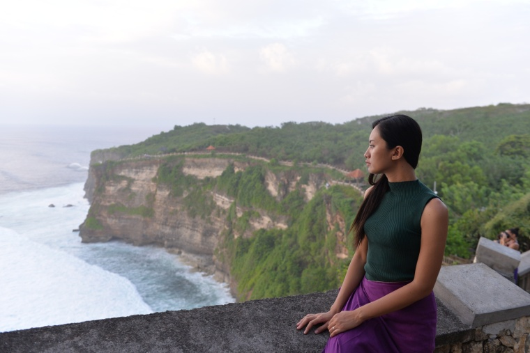 sarah-in-uluwatu-temple