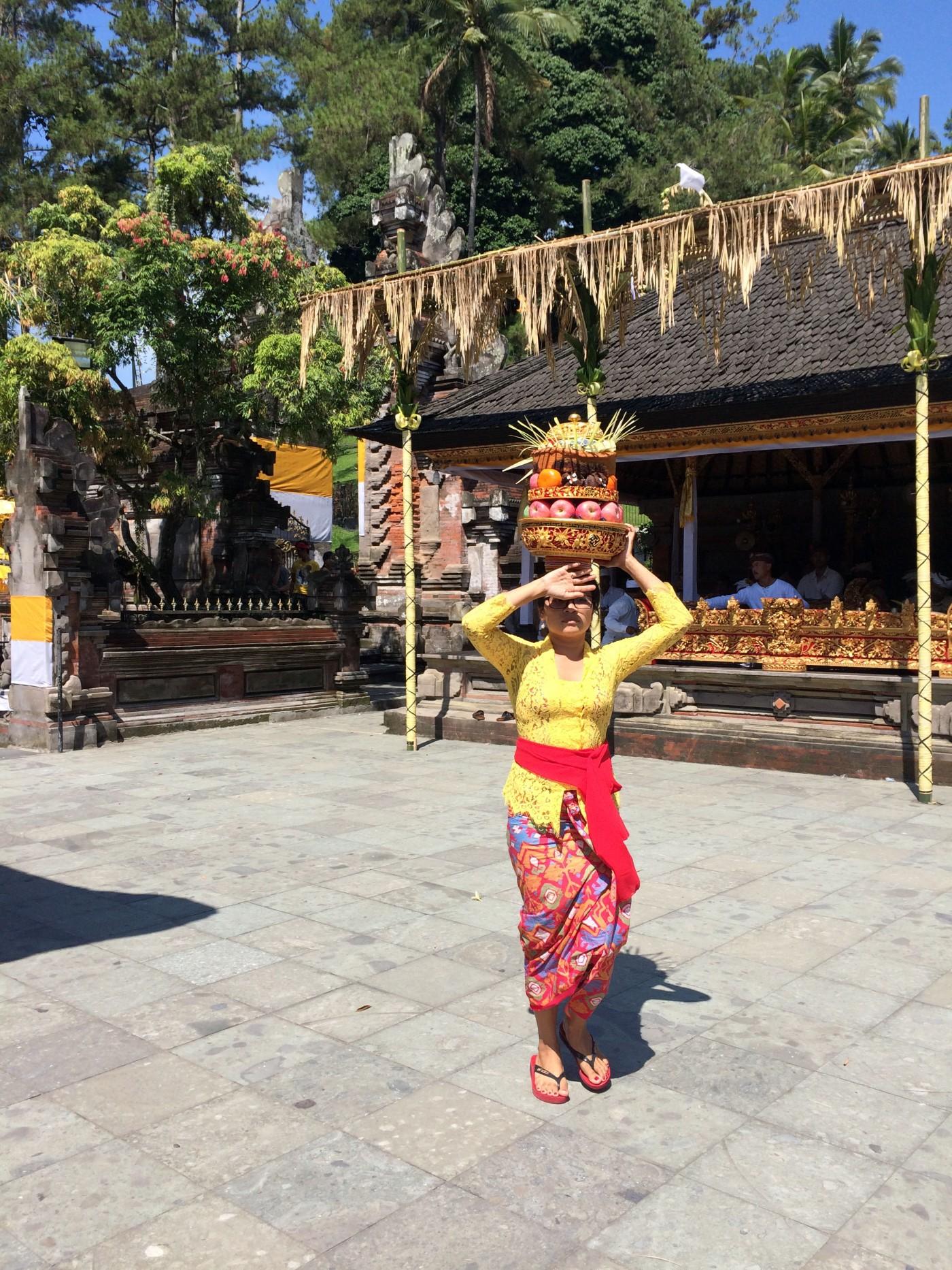 Tirta Empul Balinese Woman.JPG
