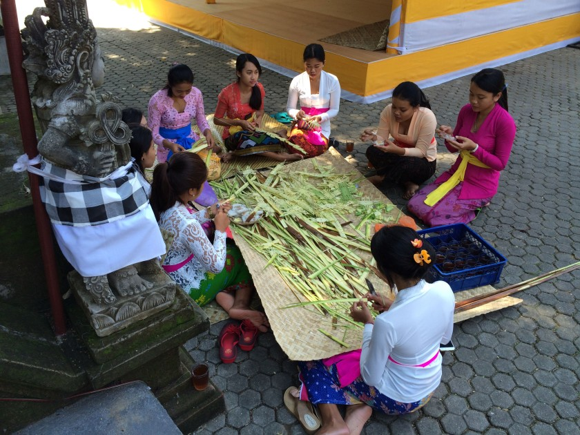 Tirta Empul Balinese Women.JPG