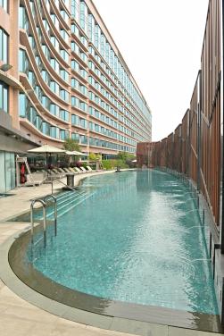royal-plaza-hotel-pool